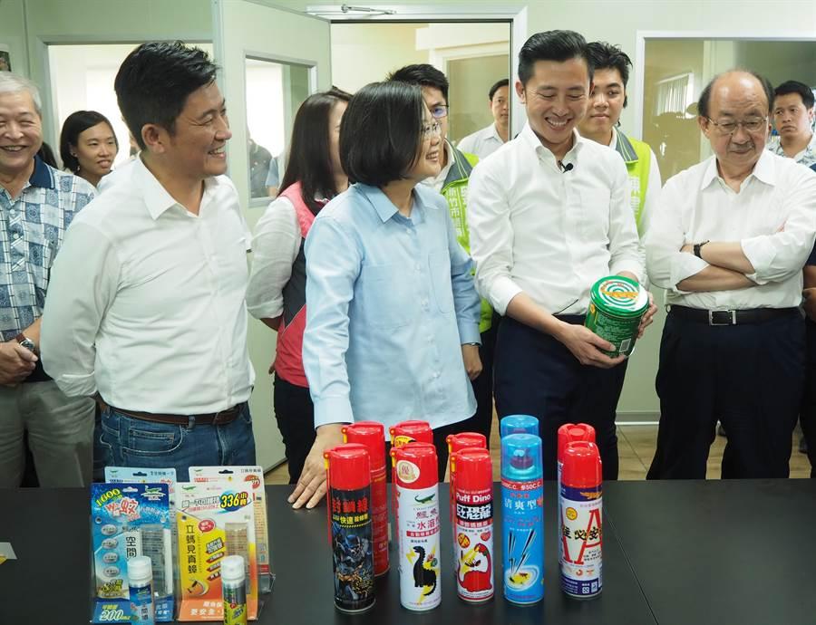 蔡英文總統(左二)16日參訪生產老字號「鱷魚牌蚊香」的「中台興化工」。(陳育賢攝)