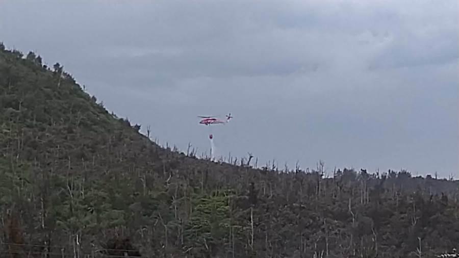 空勤直升機協助滅火。(楊漢聲翻攝)