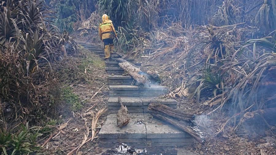 森林救火隊員處理殘火。(楊漢聲翻攝)
