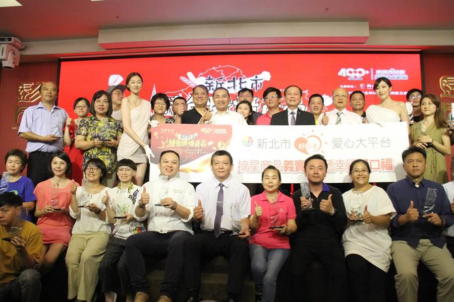 第一屆新北市特色烘焙產品比賽16日在市府登場,共評選出30組一至三星級產品。(譚宇哲攝)