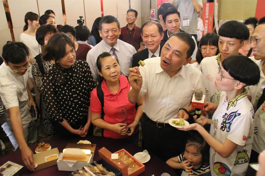 新北市長侯友宜今天下午出席新北市特色烘焙產品比賽,現場試吃獲評選為星級的美食。(譚宇哲攝)