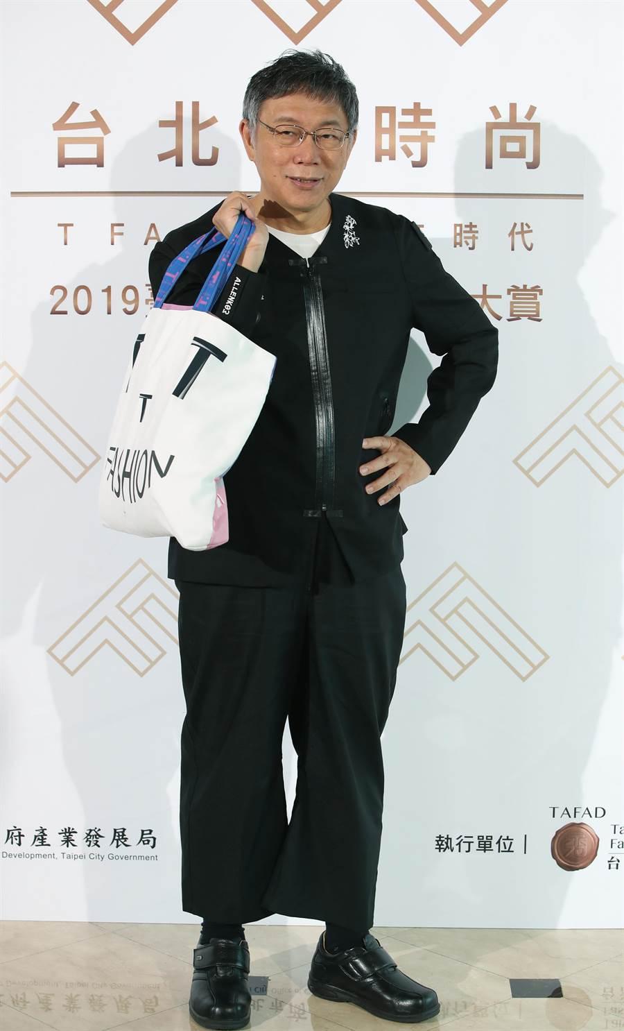 應主辦單位的要求,柯文哲也換上了時尚服飾改變造型,擺了一個很帥的姿勢拍照。(鄭任南攝)