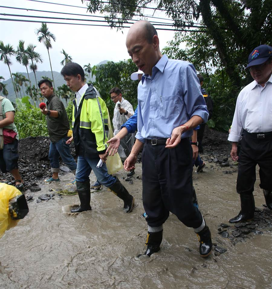 市長韓國瑜到六龜扇平山莊旁,關心道路遭土石流掩埋狀況。(林雅惠攝)