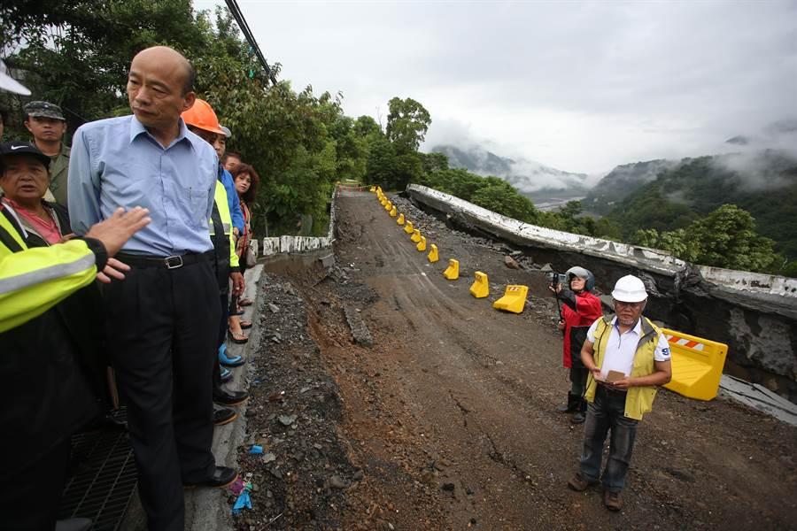 市長韓國瑜到桃源區四社部落勘災,關心道路搶修及農作物運作情形。(林雅惠攝)