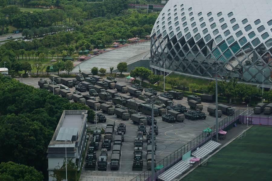 在距香港與深圳邊界不遠的深圳灣體育館外,有大量的大型運輸車、防暴車與輪式裝甲運兵車集結,引發國際上憂慮中共可能即將對香港抗議進行大規模鎮壓。(圖/美聯社)
