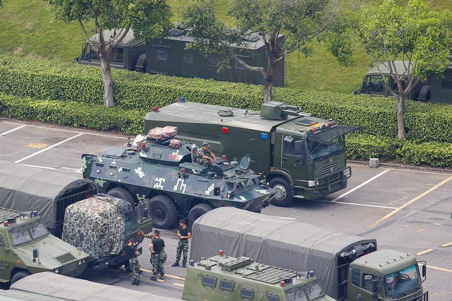圖為在深圳灣體育館外的大型防暴車與用於都市巷戰的裝甲運兵車。若以香港的情況,鎮壓暴亂使用防暴車確有需要,拿出裝甲運兵車純粹是用來震懾示威群眾。(圖/路透)