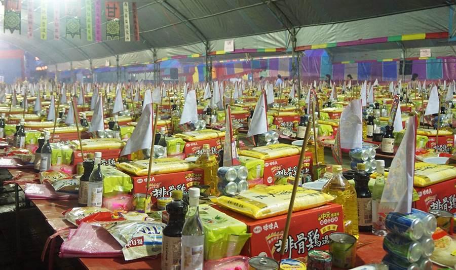 萬和宮舉行中元普度法會,多達2092份供品,擺滿佔地七、八百坪的廟埕及停車場,相當壯觀。(萬和宮提供)