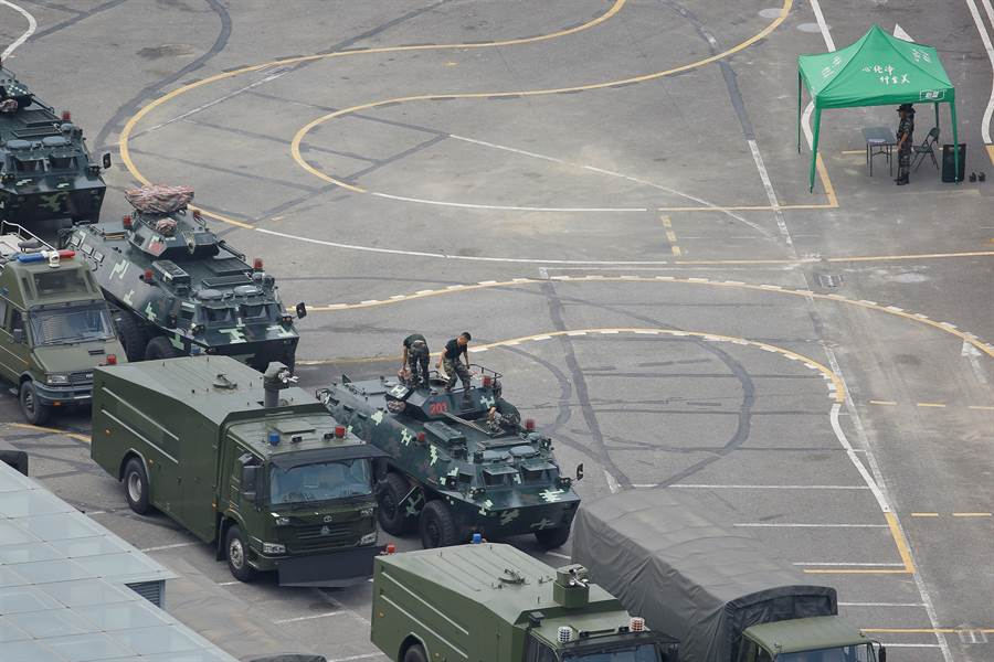 深圳體育館外除了大量防暴車之外,還有不少裝甲運兵車,這些裝備一旦開上香港街頭,聲勢頗為嚇人。圖中可見裝甲運兵車上的鏈砲尚未裝上,屬於集結狀態,尚未真正進入戰備。(圖/路透)