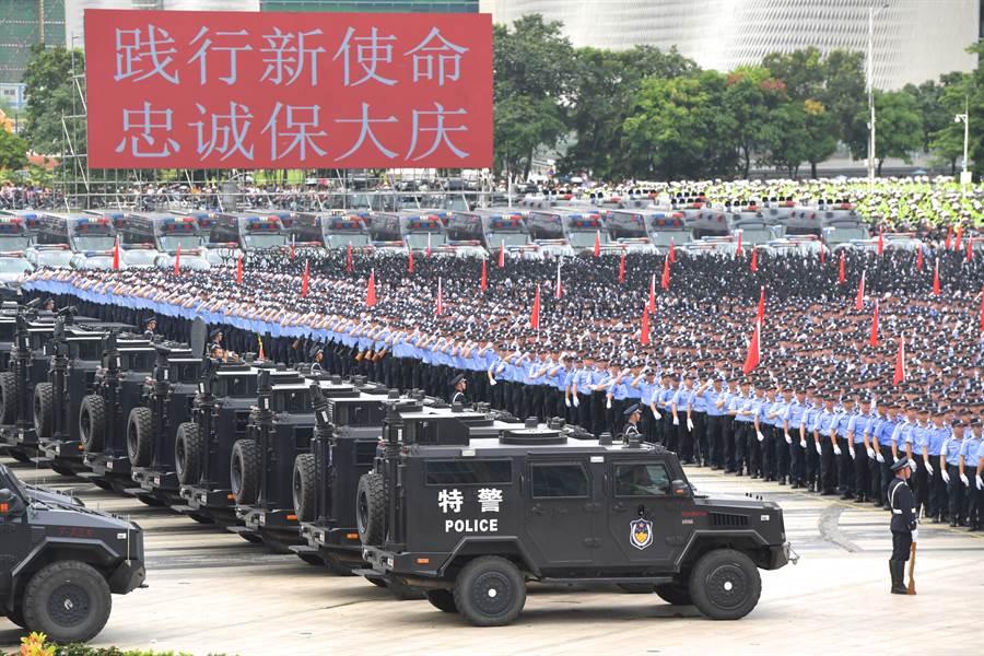 8月初在深圳寶安海濱廣場舉行的廣東公安夏季大練兵,還進行了防暴模擬操演。(圖/中新社)