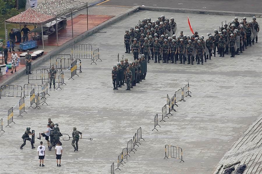 在深圳體育館集結的武警部隊連日來積極準備,並模擬防暴操演。(圖/路透)