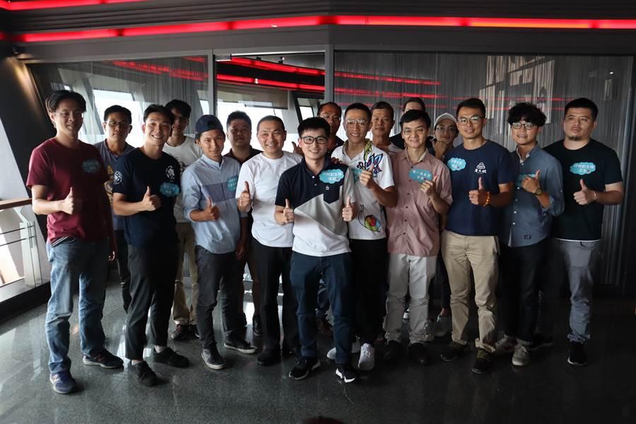 新北市長侯友宜與10個地方創生團隊交流。(譚宇哲翻攝)