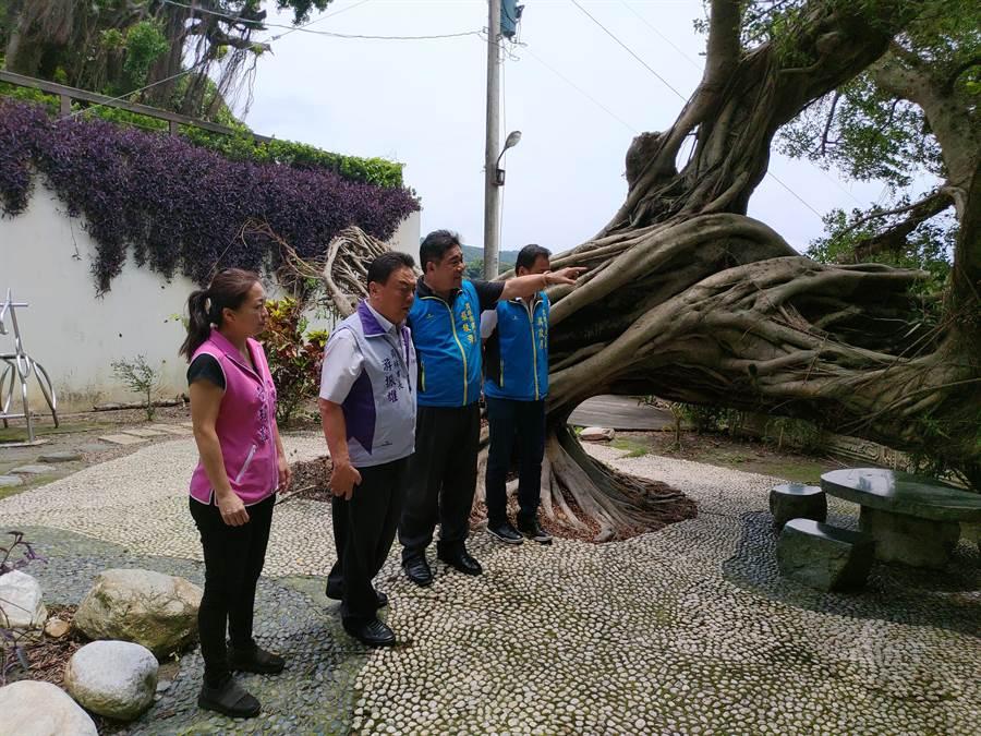 員林市長游振雄(左2)率公所團隊與市民代表陪同到場關心,指示清潔隊協助善後。(謝瓊雲攝)