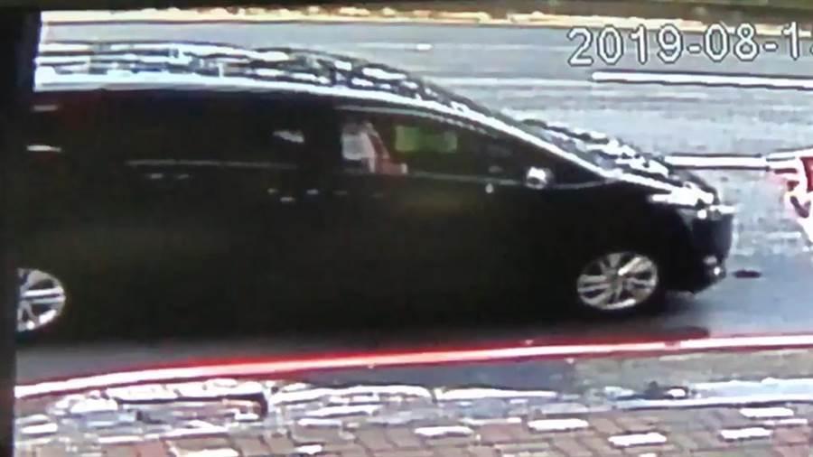 歹徒駕駛黑色旅行車,一度在抵達交易現場前臨停觀察,見買家車輛後驅車向前搶奪。(袁庭堯翻攝)