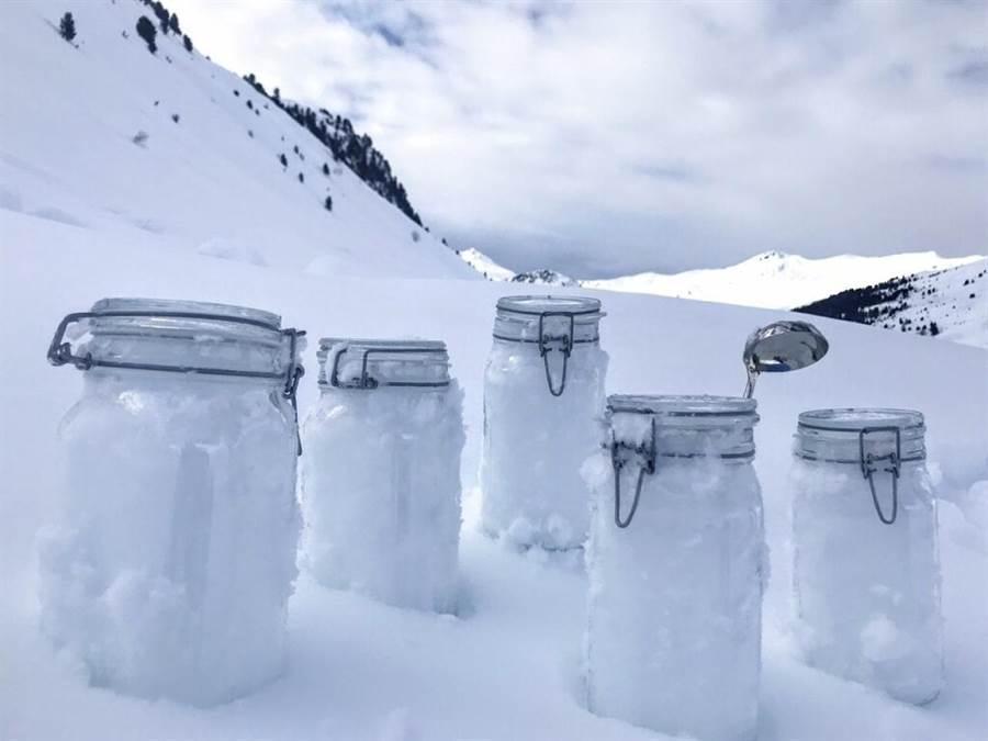 科學家說,在北極收集的積雪樣本中,找到大量塑膠微粒。(美聯社)