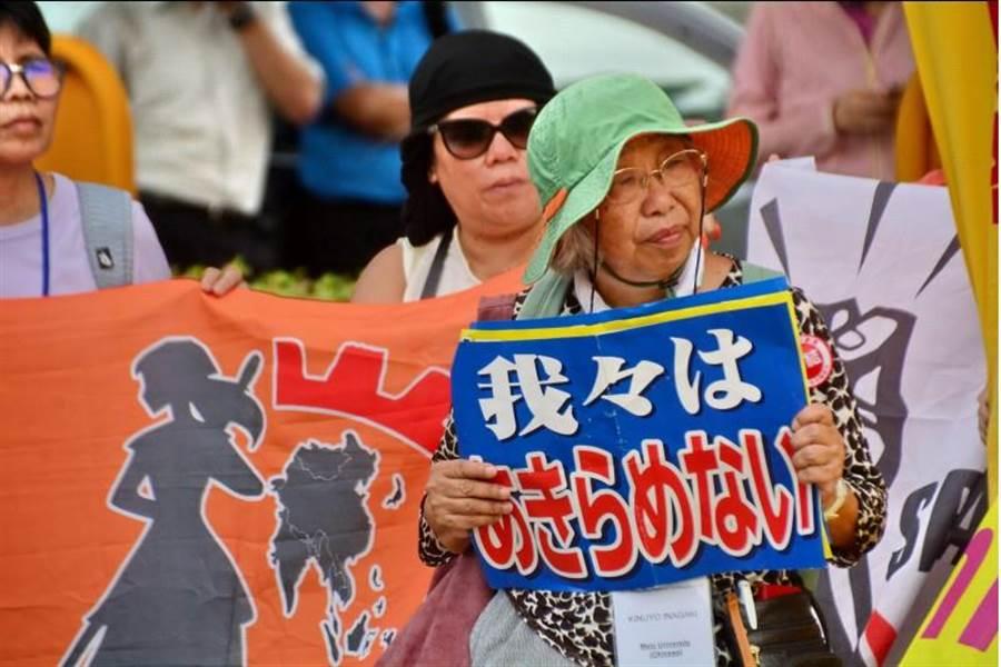 來自日本三重縣的夏普勞工代表,16日下午前往新北市土城鴻海精密總部前陳情,但鴻海卻沒有任何人出面回應。(中央社)
