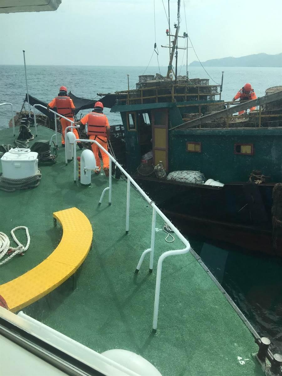 馬祖海巡隊今(16日)上午9時許於東引海域再度查獲一艘無船名越界鐵殼陸船。(葉書宏翻攝)