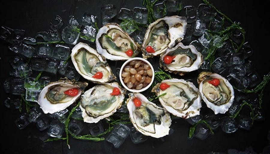 生食容易感染A型肝炎。在台灣,以生食海鮮貝類為主。(圖/pixabay)