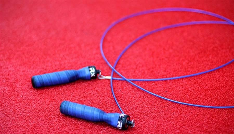 跳繩能運動到全身,也能鍛練心肺。(圖/pixabay)