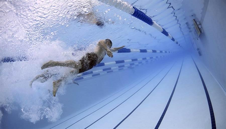 游泳是相對低衝擊的運動。水增加阻力能鍛練肌肉,還會運動到身體。(圖/pixabay)