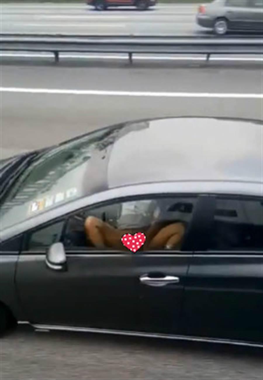 有女子在行驶中的车上下身赤裸双腿大开向窗外大放送DIY的动作。(翻摄自脸书)
