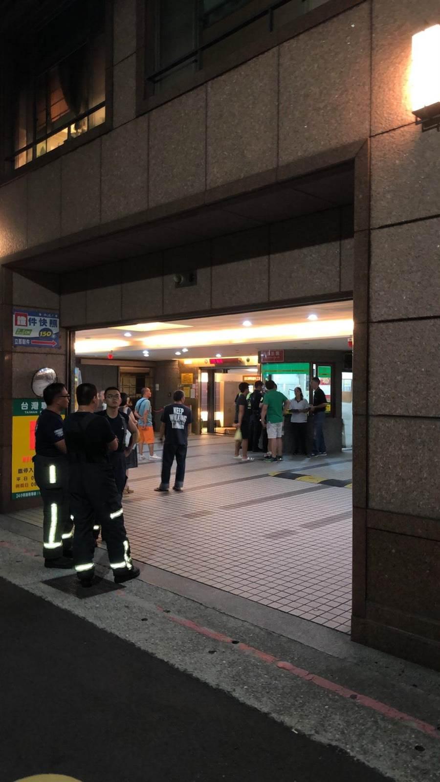 北市停車塔事故,車輛墜落地下3樓,所幸並無傷亡。(民眾提供)