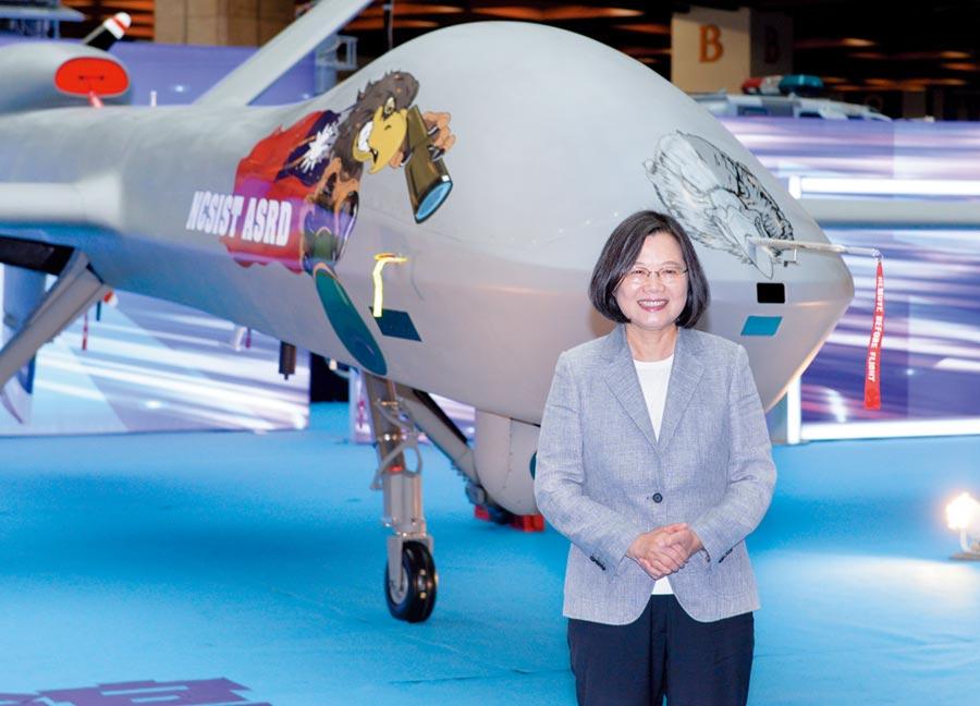 台北國際航太暨國防工業展15日開正式開展,總統蔡英文至國防館參觀新版大型無人機「騰雲號」。圖/王德為