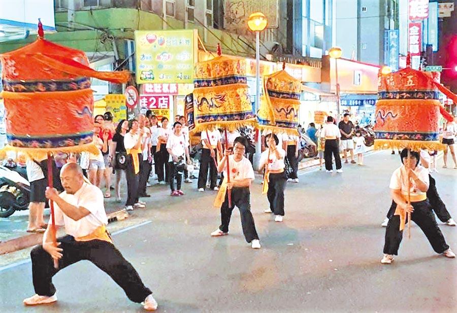 澎湖百年传统技艺「踏凉伞」快闪街头大轰动。(陈可文摄)