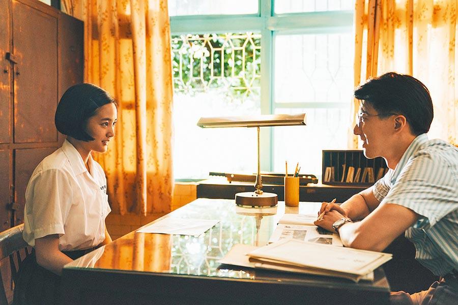 王淨(左)和傅孟柏現實中相差11歲,為戲談師生戀。