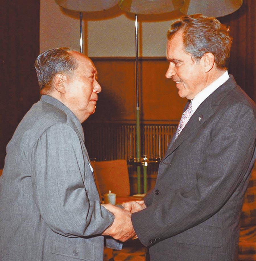 1972年2月21日美國總統尼克森(右)在北京會晤毛澤東,2月28日簽署《上海公報》。(新華社)