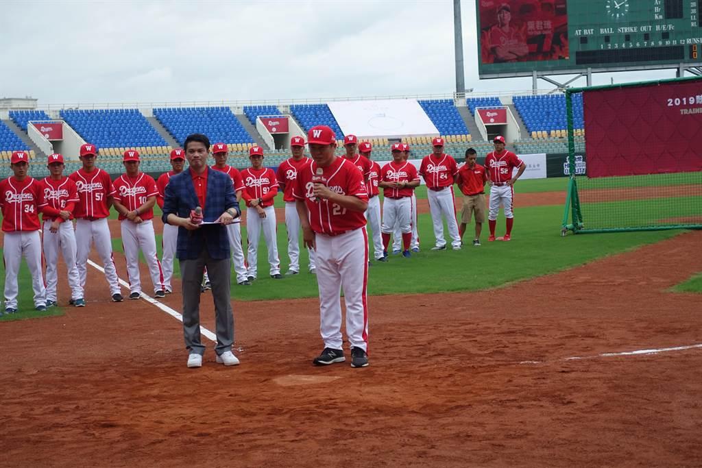 職棒味全龍上午在雲林縣斗六棒球場開訓,總教練葉君璋(前右)許下2023年打進季後賽的願望。(許素惠攝)