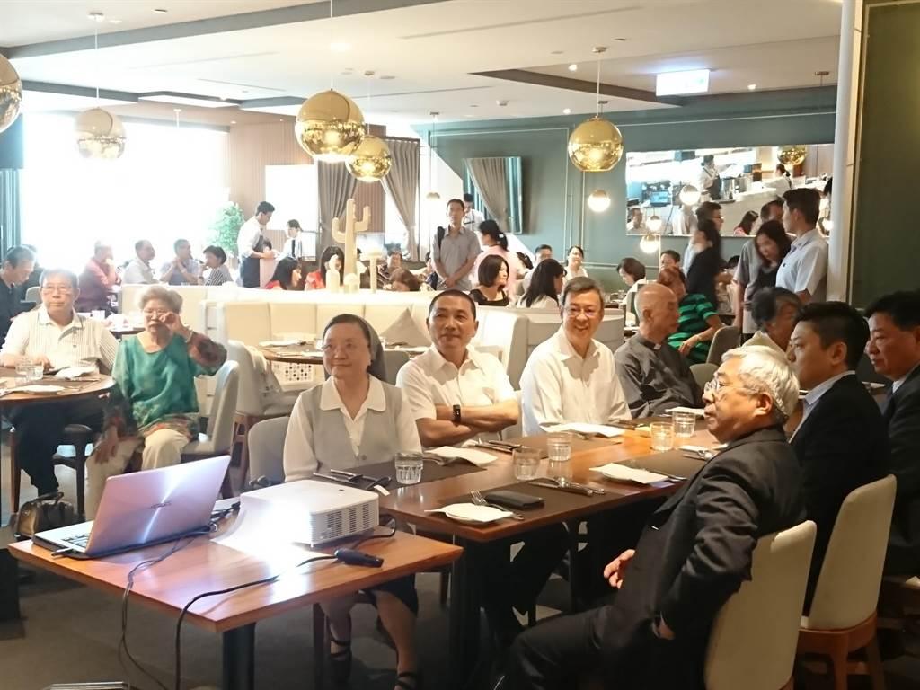 副總統陳建仁(中排左3)、新北市長侯友宜(中排左2)出席華光社福基金會募款餐會。(廖德修攝)