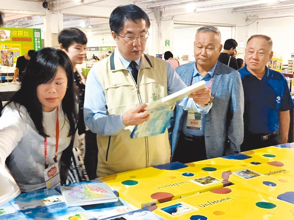 台南市長黃偉哲仔細參閱台南書展中的展品。圖/陳惠珍