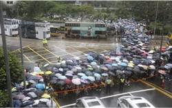 港教育界冒雨遊行抵禮賓府 擠滿遮打花園
