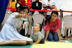 嬰兒爬行比賽狀況百出 爸媽急翻民眾笑翻
