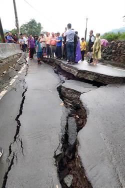 國姓鄉長豐村道路塌陷嚴重 林明溱指示速修替代道路