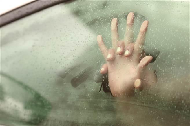 不顧司機在旁 女裸身自慰全遭錄