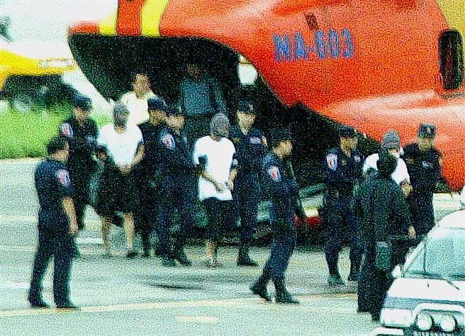 2004年9月23日,在對岸落網的十大通緝要犯薛球與陳益華押解到松山機場。薛陳2人下機時,現場十幾名武裝霹靂小組荷槍實彈在旁警戒,絲豪不敢大意(資料照/劉子正攝)