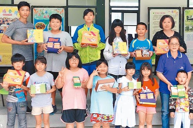 今年夏季大雨不斷,屏東善導書院種植的鳳梨大受影響,書院將鳳梨製成鳳梨酥,希望在中秋節前「衝一波」,籌措院童教育基金。(潘建志攝)