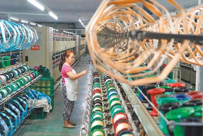 大陸將促進市場化債轉股增量、提質,降低企業負債。圖為工人陝西在安康市一家紡織廠工作。(新華社資料照片)
