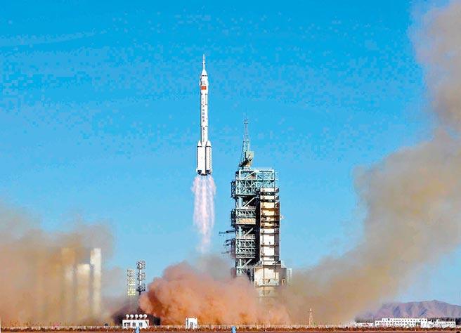 2003年10月15日,大陸首位航天員楊利偉乘坐的「神舟五號」載人太空船,上午9時整在酒泉衛星發射中心載人航天發射場成功發射升空。(中新社)