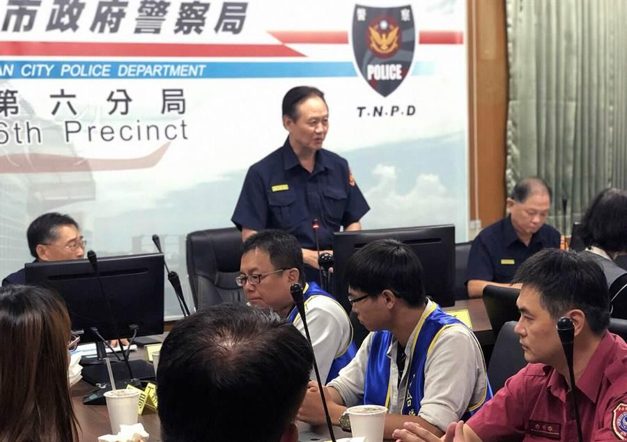 台南市警局長周幼偉(站立者)主持青春專案聯合稽查勤務。(洪榮志翻攝)