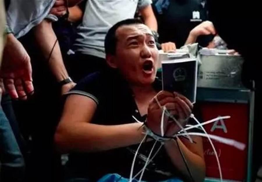 大陆环球时报记者在香港採访时,遭示威群眾包围殴打致伤。(大公报)