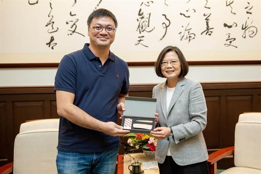 (TiEA日前拜會總統蔡英文(右),TiEA理事長陳建弘(左)提出3大訴求。圖/TiEA提供)