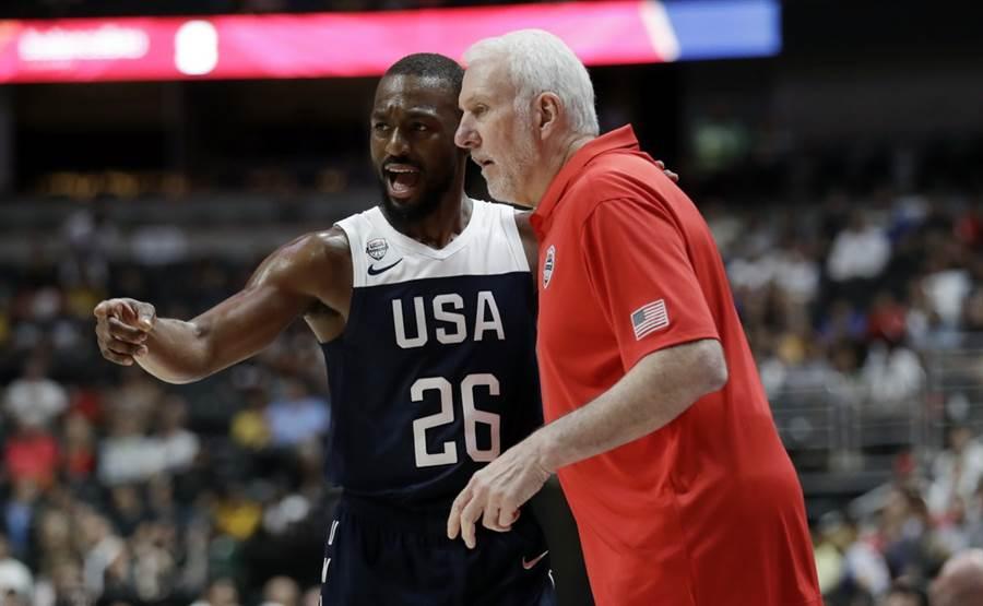 肯巴沃克在場邊跟美國男籃總教練帕波維奇討論走位。(美聯社)
