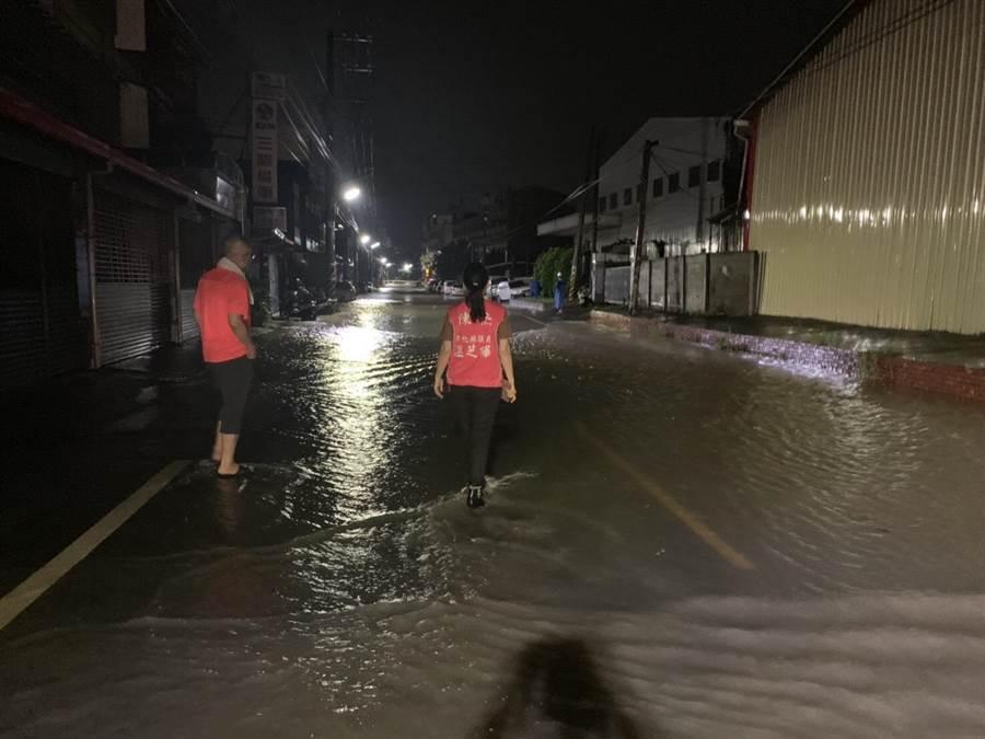 前立委陳杰服務團隊、縣議員溫芝樺16日凌晨連夜趕到花壇鄉彰員路關心淹水災情。(謝瓊雲翻攝)