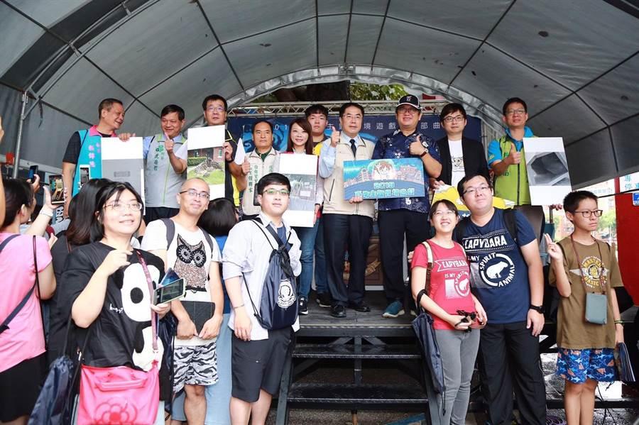 台南市長黃偉哲(中)與報名手機實境遊戲的玩家合影。(台南市觀旅局提供)