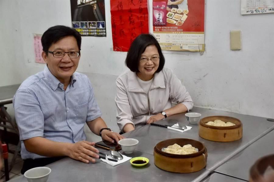 蔡總統中午與立委張廖萬堅到逢甲商圈吃蒸餃。(盧金足翻攝)