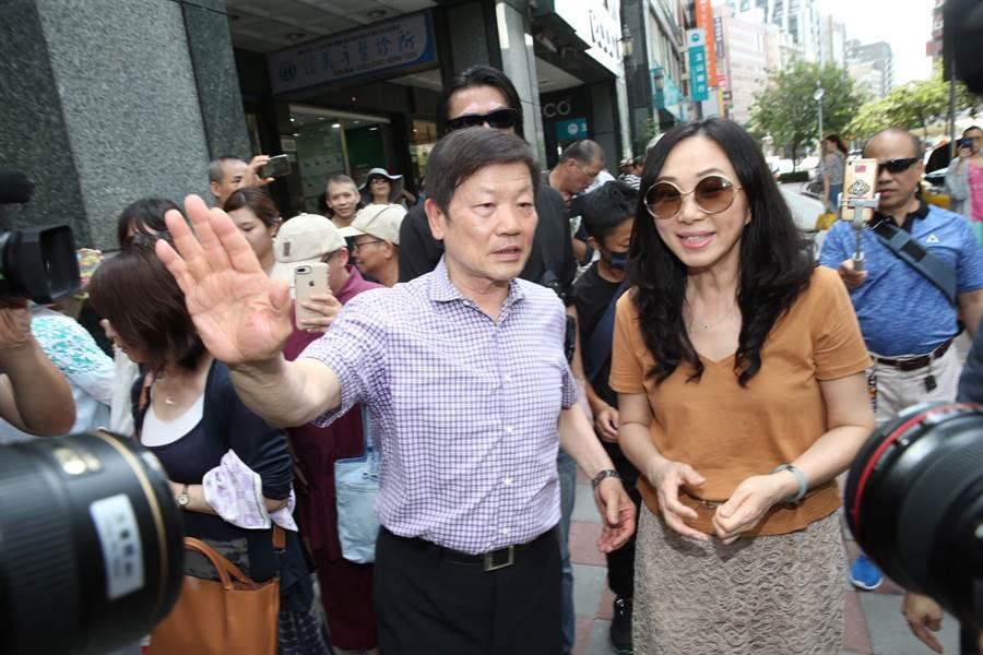 高雄市長韓國瑜的夫人李佳芬(右)17日拜訪永康商圈,邀請理事長李慶隆(左)協助規畫高雄新堀江商圈,升級為國際一流商圈。(姚志平攝)