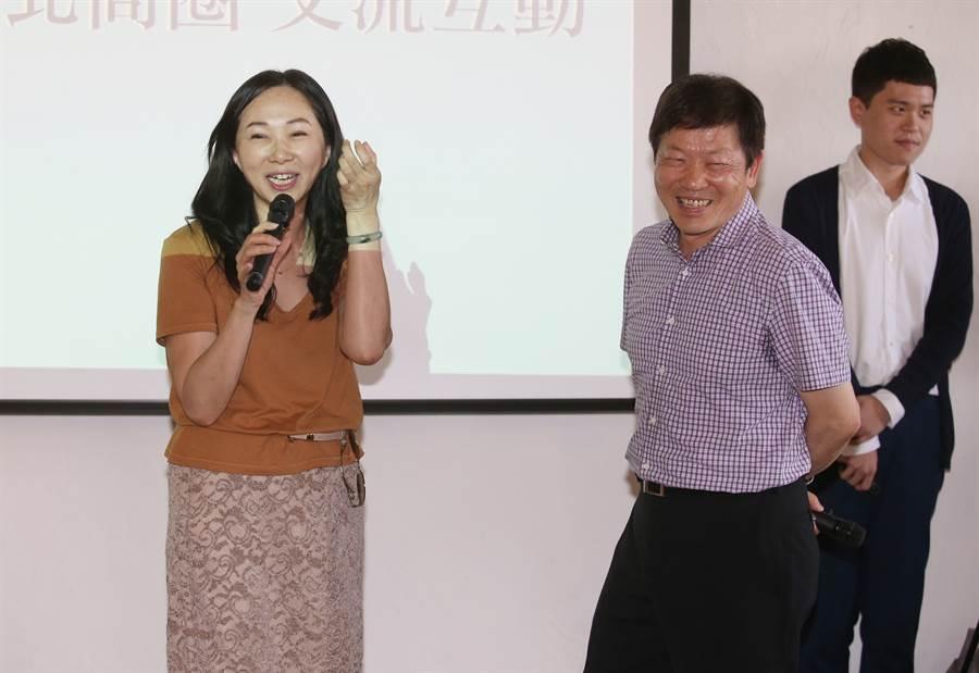 高雄市長韓國瑜的夫人李佳芬(左)17日拜訪永康商圈,邀請理事長李慶隆(右二)協助規畫高雄新堀江商圈,升級為國際一流商圈。(姚志平攝)