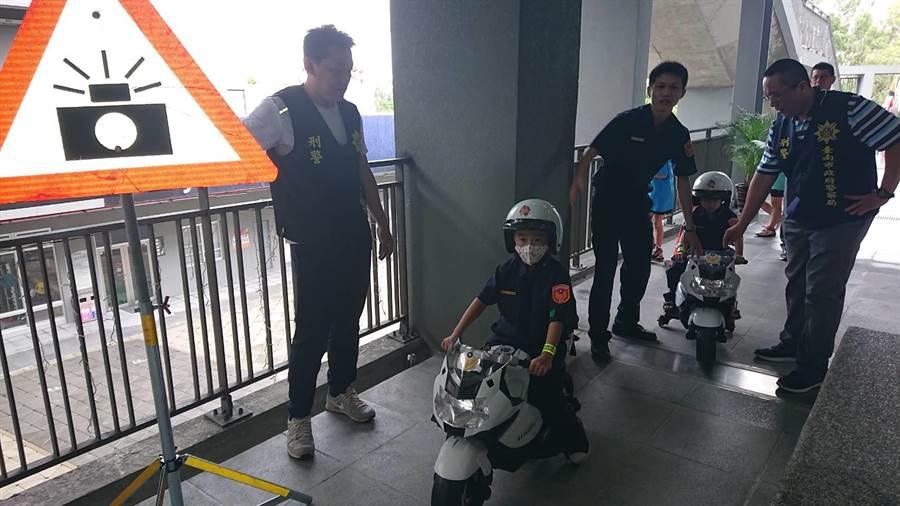警局藉著騎著電動小機車,宣導交通安全。(程炳璋攝)